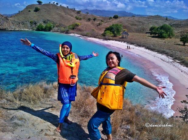 Pantai Merah Jambu di TimurIndonesia